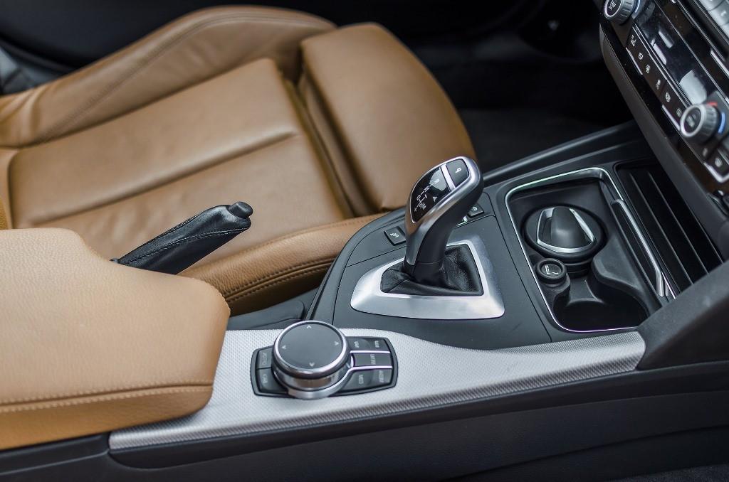 Autoinhaltsversicherung-Versicherungsmakler-Berlin-Andre-Boettcher-Versicherungslexikon-Agentin