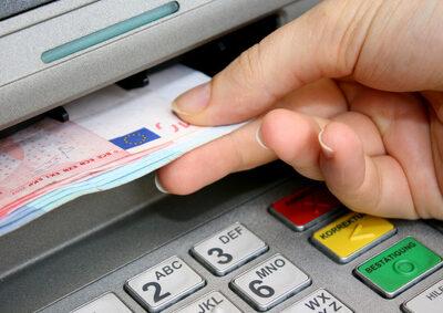 Banken müssen Tageslimit für Abhebungen an Bankautomaten einhalten