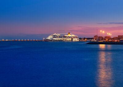 Clubschiff im Containerhafen ist kein Reisemangel