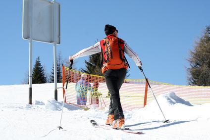 Erhebliches Mitverschulden der Skifahrer wegen fehlenden Helm