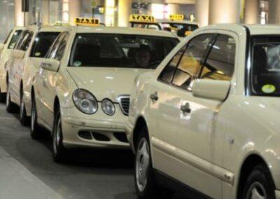 Unfallversicherung: Sehnenriss beim Koffer entladen stellt keinen Anspruch für Taxifahrer dar