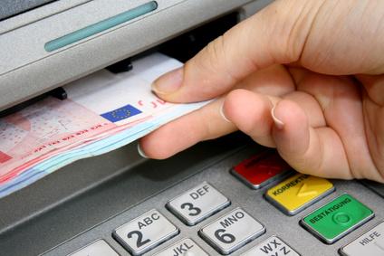 Banken-muessen-Tageslimit-fuer-Abhebungen-an-Bankautomaten-einhalten-Urteile-Agentin
